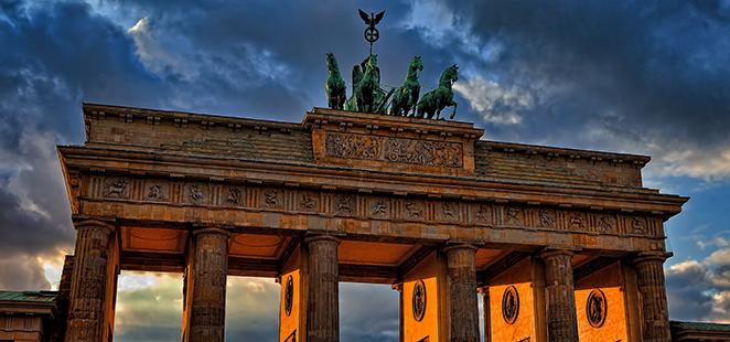 Brandeburger Tor in Berlin bei Abendlicht.