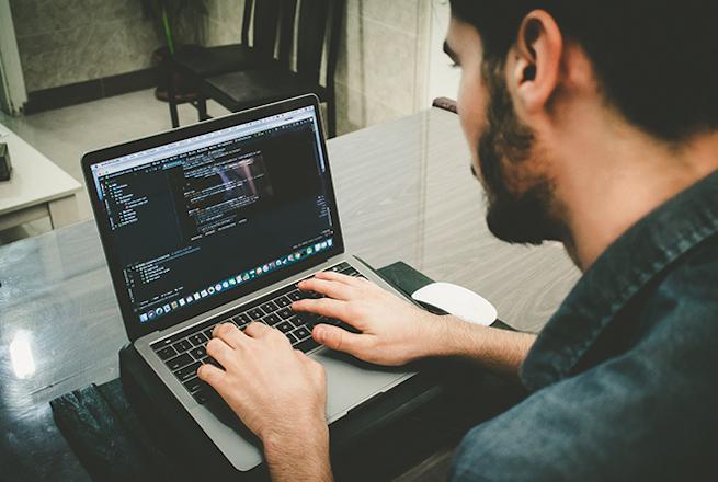 Entwickler Arbeitet Am Laptop